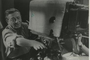 Két nagy legenda egy képen: a Debrie Super Parvo és Eiben István operatőr. Az előbbi arról volt híres, hogy a világ egyik legjobb kamerája, amellyel akár tízperces snittet is lehet készíteni, a másik pedig arról, hogy a legjobb magyar operatőr, aki negyvenéves pályafutása alatt 150 nagyjátékfilmet fényképezett. 14 évesen került a szakmába, amelyet bár kizárólag gyakorlat útján sajátított el, mégsem akadt olyan, aki azt nála jobban ismerte volna. Több tucat némafilm után ő fotografálta az első hangosfilmet és a Hunnia filmgyár legnagyobb produkcióit. Ő és a Debrie ma is jelen vannak a filmgyártásban, ott állnak mindketten a Filmlabor kapujában bronzba öntve.
