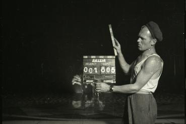 Revüjelenet csapója az 1958-as Razzia című filmből, melynek rendezője egy sokoldalú filmes, Nádasy László, operatőre pedig a ma 92 éves Hildebrand István volt. A Filmarchívum nem csak a kész produkciók őrzője, hanem gondosan megőrzi a filmek kivágott vagy elrontott jeleneteit, próbafelvételeit is. Ilyen kivágott és félretett jelenetekből sikerült a közelmúltban rekonstruálni Bacsó Péter A tanú című filmjének eredeti, cenzúrázatlan változatát.