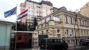 Oroszország kiutasította a holland nagykövetség két munkatársát