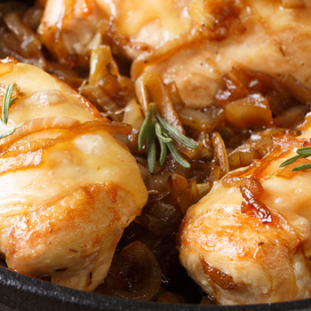 Karamellizált hagymával és sajttal sült csirkemell: nagyon szaftos marad a hús