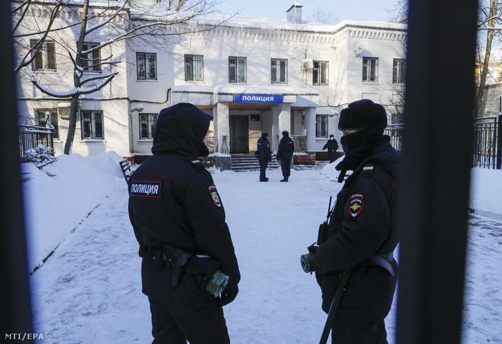 Rendőrök a Moszkva szomszédságában fekvő Himki rendőrkapitánysága előtt, ahol Alekszej Navalnij orosz ellenzéki vezetőt és korrupcióellenes aktivistát tartják fogva 2021. január 18-án