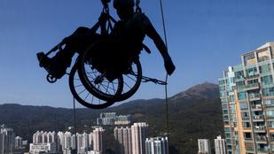 Kerekesszékével együtt mászott fel egy felhőkarcolóra a parasportoló