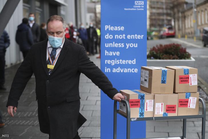 Az Oxfordi Egyetem és az AstraZeneca svéd–brit gyógyszergyártó koronavírus elleni oltóanyaga érkezik az angliai Newcastle oltóközpontba