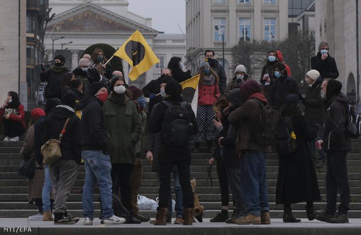 A koronavírus-járvány miatt elrendelt szigorítások ellen tüntetnek Brüsszelben 2021. január 3-án. Belgiumban január 18-ig tartanak a korlátozások.