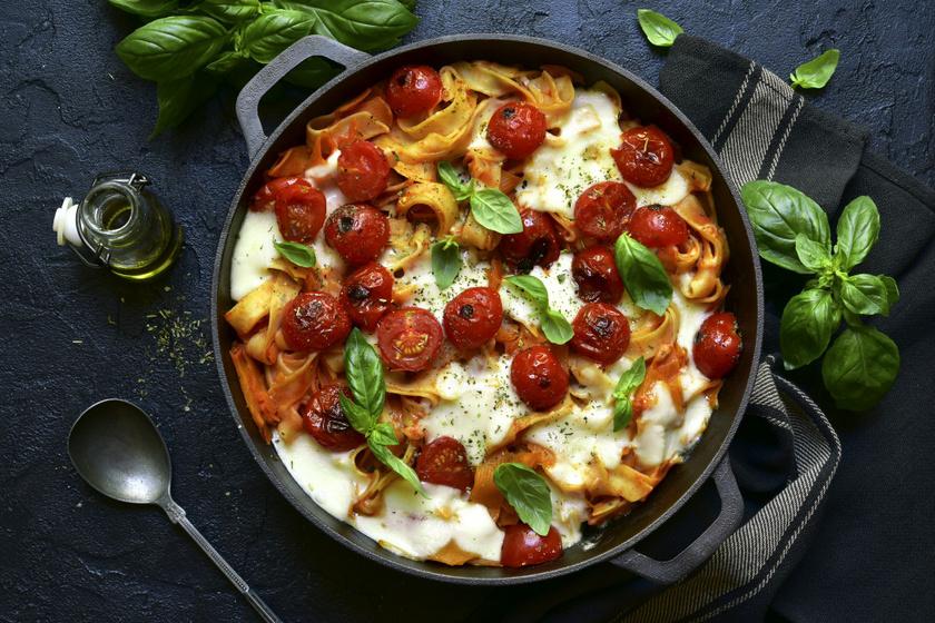 Paradicsommal, mozzarellával sült, rakott tészta: 40 perc sem kell hozzá