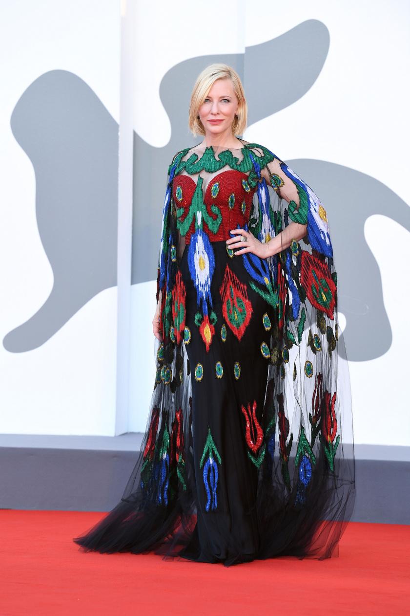 Ez a mintás ruha különleges, mégis elegáns, a hosszú ujjrész és a palást pedig még sikkesebbé teszik.