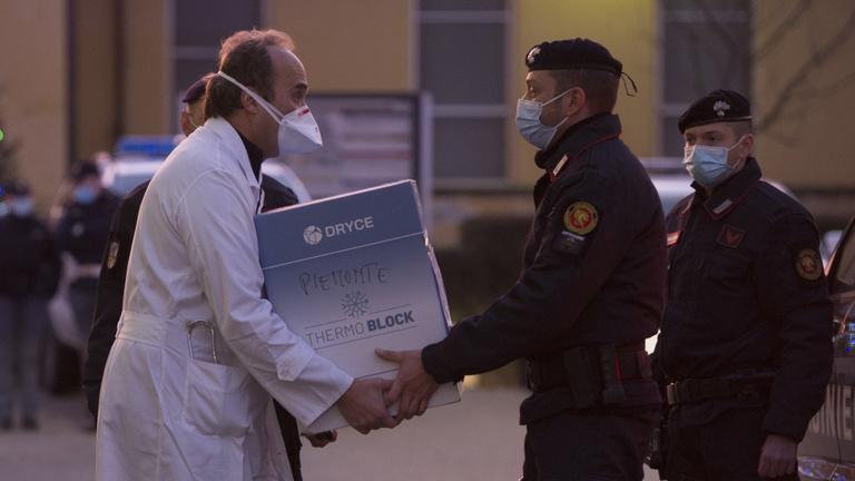 Olaszország: késő vakcinaszállítmányok, megbicsaklott vakcinázás