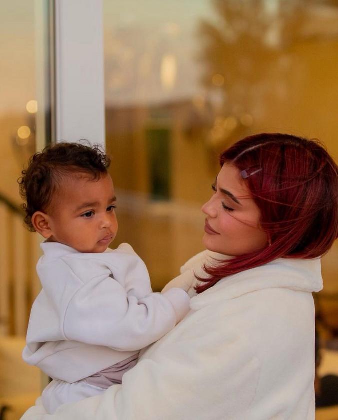 A közelmúltban így fotózkodott a gyerekével, valószínűleg ennyi saját haj alapozza meg ezt a Barbie-póni-hercegnő-hajzuhatagot.