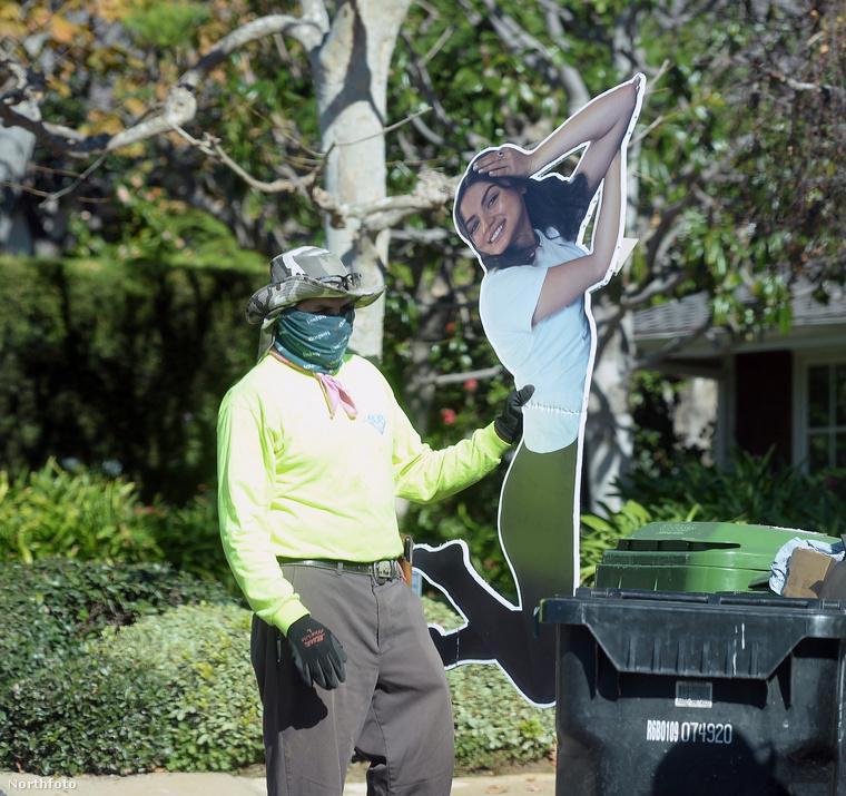 Lapozgatónk ropogósan friss paparazzófotóin azt követheti figyelemmel, hogy Affleck Los Angelesi háza előtt egy közmunkás éppen azzal szenved, hogy belepréselje a szelektív kukába Ana de Armas életnagyságú papírmását