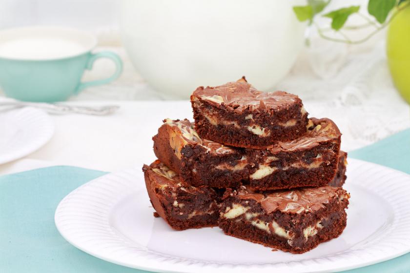 Nagyon csokis, márványos brownie sajtkrémmel megbolondítva: így még finomabb