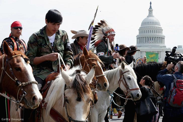A Cowboy-Indián Szövetség demonstrációja a Keysonte XL olajvezeték ellen Washingtonban 2014-ben