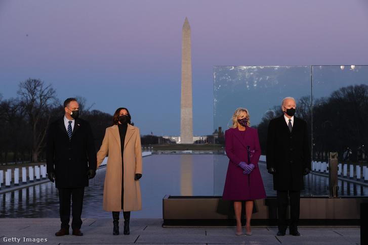 Joe Biden és Kamala Harris megemlékezése a Lincoln-emlékmű tükörmedencéjénél.