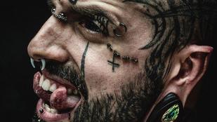 Ennek a teletetovált férfinak az a célja, hogy úgy nézzen ki, mint az ördög