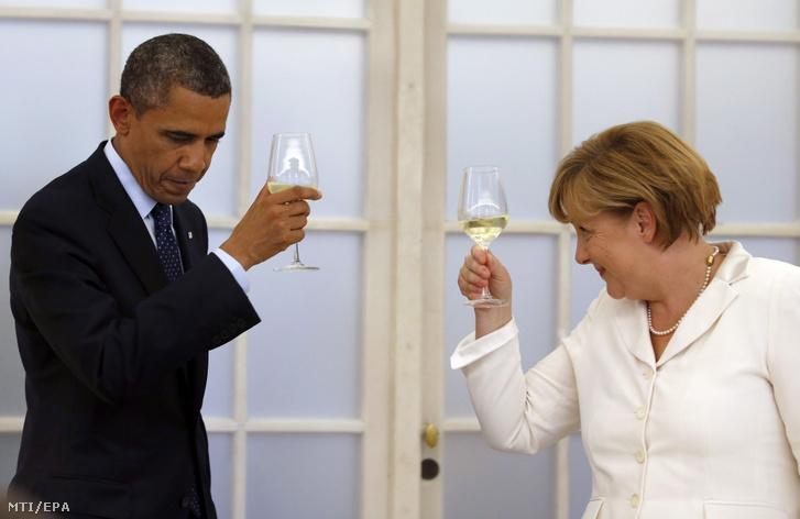 Barack Obama amerikai elnök és Angela Merkel német kancellár a kétnapos hivatalos látogatáson a német fővárosban tartózkodó amerikai államfő tiszteletére adott díszvacsorán a berlini Chralottenburg-palotában 2013. június 19-én