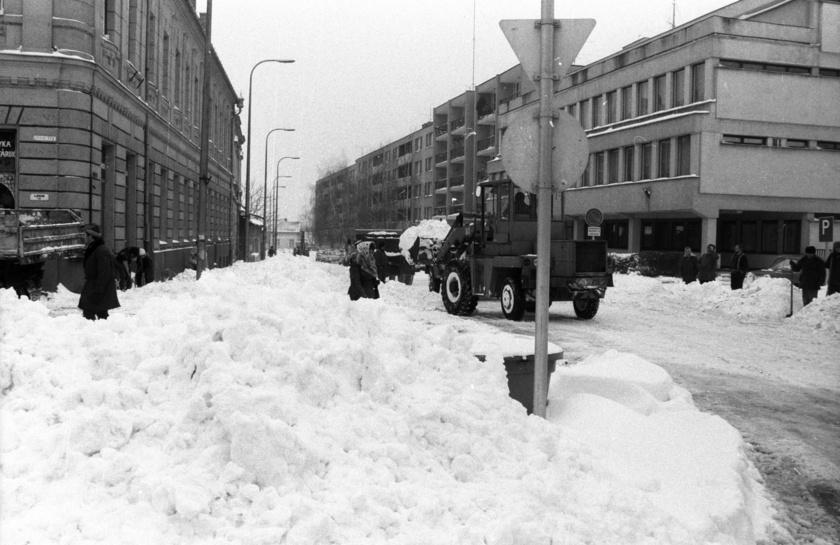 Az ország egészében több tíz centiméteres hó esett néhány nap alatt, ami ellehetetlenítette a mindennapi élet megszokott működését. A képen a tapolcai Fő tér környéke látható, ahol nagy munkával tették járhatóvá az utakat.