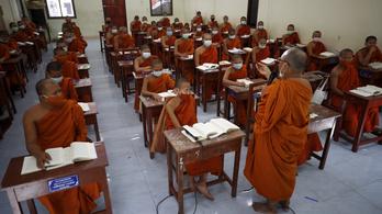 Thaiföldön felségsértés, ha bírálják az oltási stratégiát