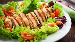 Vörös áfonyás csirkesaláta – így nem lesz unalmas a csirkemell