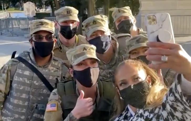 JLo közös képet készít a Nemzeti Gárda néhány tagjával.