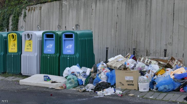 Szelektív hulladékgyűjtők mellett illegálisan létrehozott szemétlerakó a Gellért-hegy lábánál