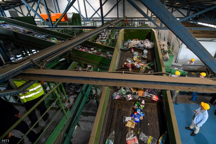 Az A.K.S.D. Városgazdálkodási Kft. hulladékválogató üzeme a cég Vértesi úti telephelyén, Debrecenben