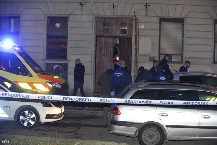 Rendőrök a főváros IX. kerületében, ahol megszúrtak egy 19 éves férfit, aki a helyszínen életét vesztette