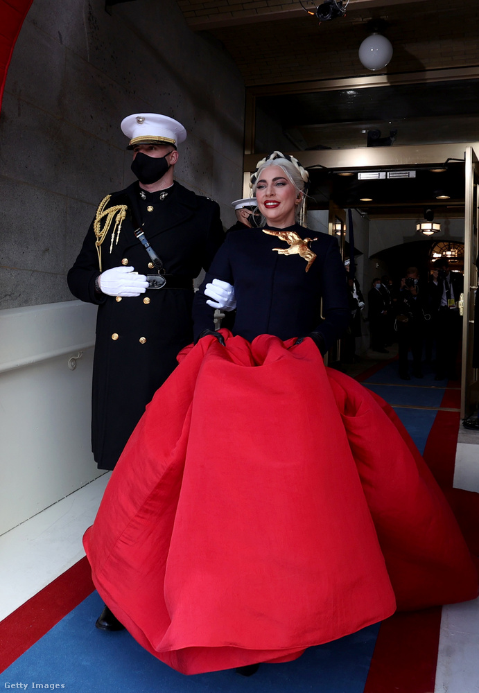 Na de most hangolódjunk át Lady Gagára, aki egy Schiaparelli Haute Couture-darabot választott öltözékül a himnusz elénekléséhez