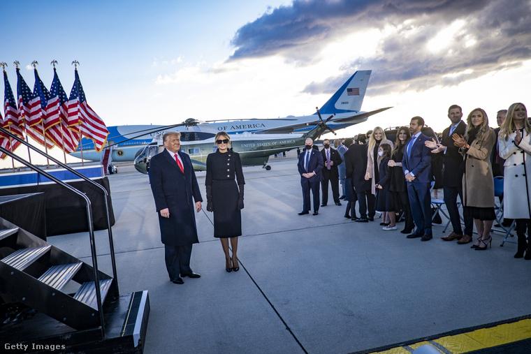 Bizonyára tudnak róla, de ha nem, ennyi idő alatt feltűnt önöknek a leköszönő elnöki pár, Donald és Melania Trump távolléte, vagyis hogy szándékosan nem vettek részt az utód beiktatásán