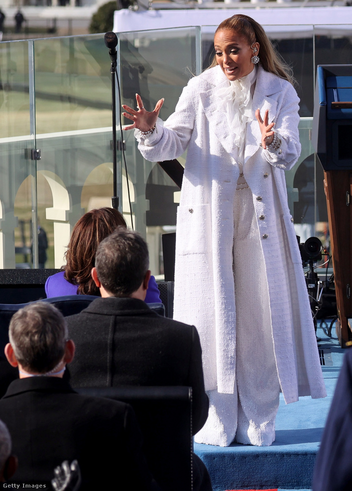 Az énekesnő végül egy nála kifejezetten visszafogottnak számító, fehér nadrágkosztümben jelent meg.