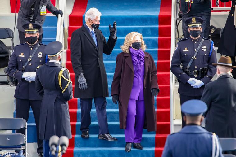 És még egy lila személy: Hillary Clinton, aki egyrészt politikusi, másrészt egykori elnöknéi  minőségében volt jelen.