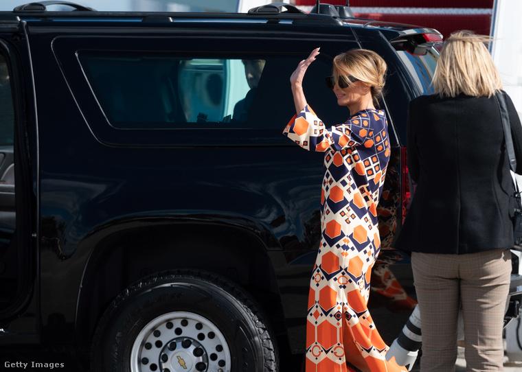 Melania Trump, mire földet értek, a fekete Chanel blézert és Dolce&Gabbana ruhát (amelyekben elhagyta a fehér házat) egy 3700 dolláros Guccira cserélte