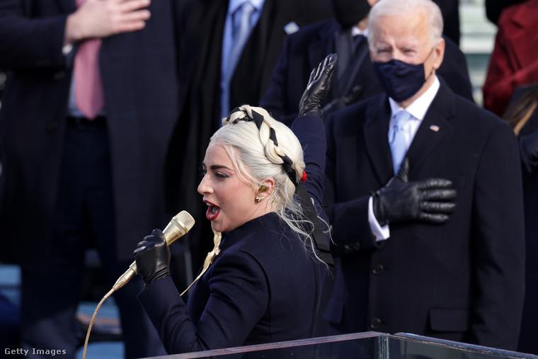 A hazafias (az amerikai zászlót idéző) színű öltözék szimbolikáját a hajába font szalaggal fokozta: nehéz nem gyászszalagnak nézni
