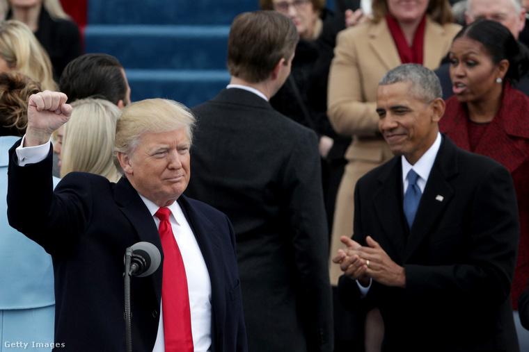 Egy kis visszatekintés: amikor 2017-ben Donald Trump megkezdte elnökségét, Barack Obama az első sorban tapsolta meg utódja kifinomult gesztusát.