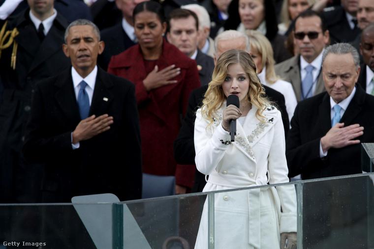 Kis kitérő: emlékeznek még, ki énekelte a himnuszt Trump beiktatásán? Mi nem emlékeztünk: hát Jackie Evancho, akkoriban 17 éves előadó, aki a crossover műfajában alkot