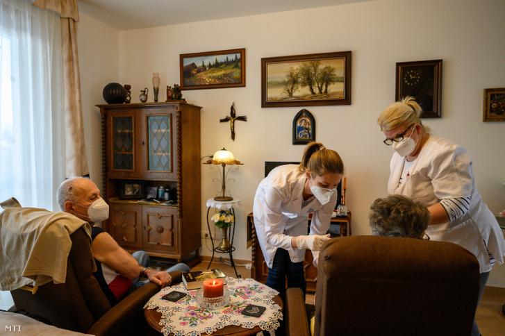 Egy lakó megkapja a Moderna amerikai biotechnológiai cég koronavírus elleni vakcináját a veszprémi Életöröm Idősek Otthonában 2021. január 16-án