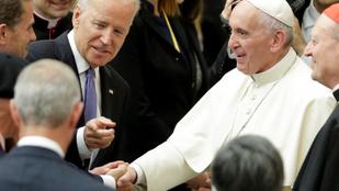 Ferenc pápa imádkozik Joe Bidenért