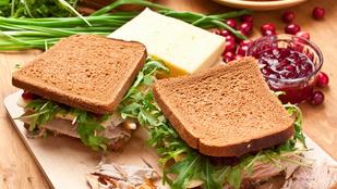 Barna kenyérrel a legfinomabb ez a szilvalekváros, füstölt sajtos melegszendvics