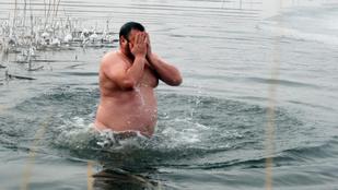 Néhány keresztény ukrán megfürdött a fagyos vízben vízkereszt alkalmából