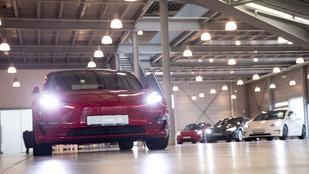 A garázsban állt a Tesla, aztán egyszer csak felrobbant