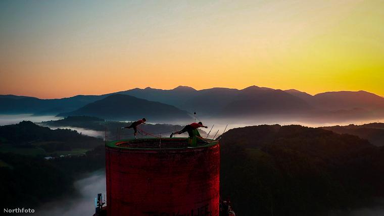 A legnehezebb gyakorlatnak a humen flaget nevezte meg a férfi, tudja, ez az a testhelyzet, amikor az akrobaták kinyújtott kezükkel kapaszkodnak egy függőleges oszlopba úgy, hogy a testüket teljesen vízszintesen tartják a levegőben