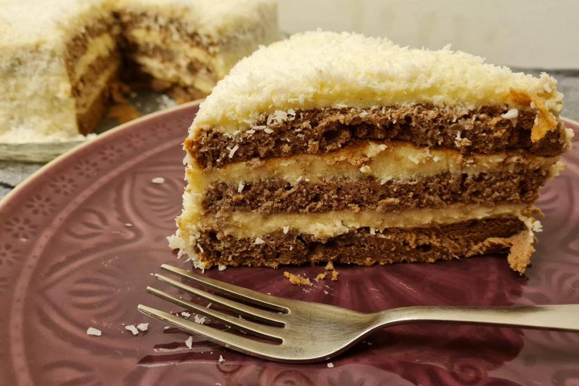 Hólabda süti egyszerűen, tortaformában készítve: a puha lapok közt lágy krém terül el