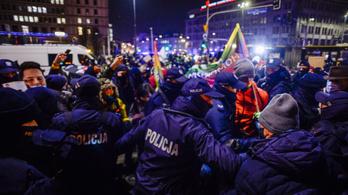 Összecsaptak a tüntetők és a rendőrök Varsóban
