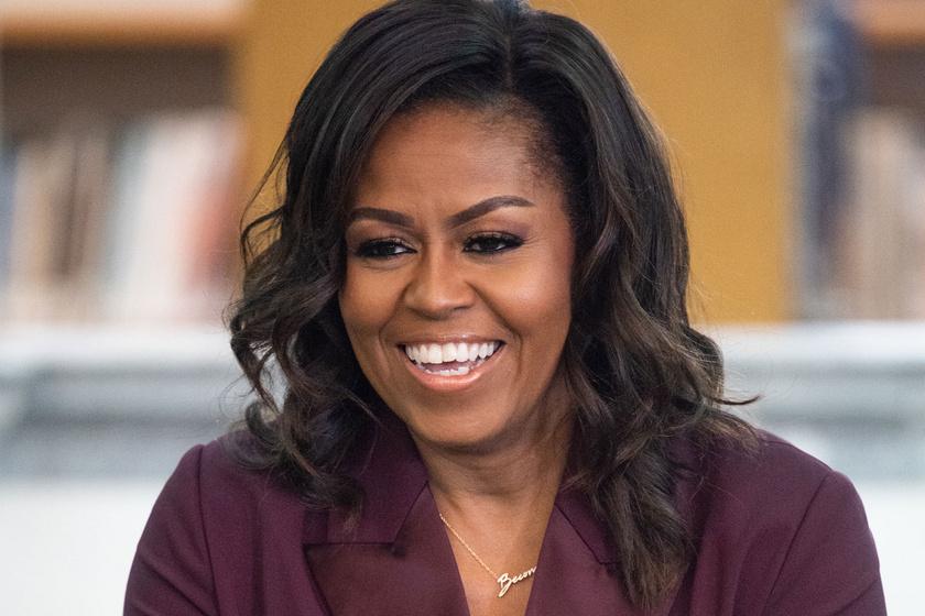 Michelle Obama mintha egy magazinból lépett volna ki: burgundi vörös szettjében mindenkit elkápráztatott
