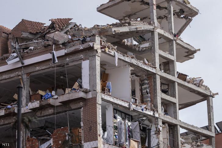 Súlyosan megrongálódott lakóház a madridi Toledo utcában, miután robbanás történt az épületben 2021. január 21-én