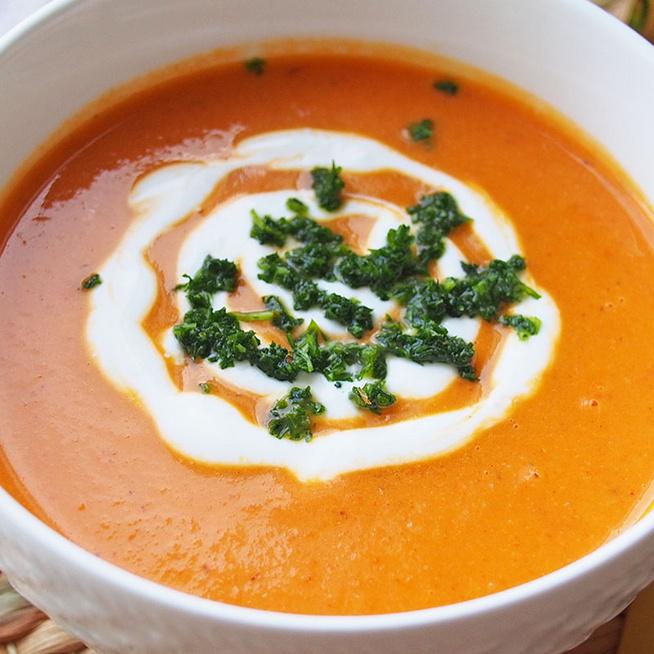 Sűrű karfiolkrémleves kápia paprikával: sütőben sült zöldség az alapja