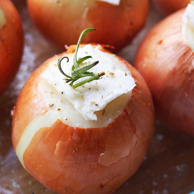 Puha, sütőben sült hagyma: héjastól, egészben, vajasan készül