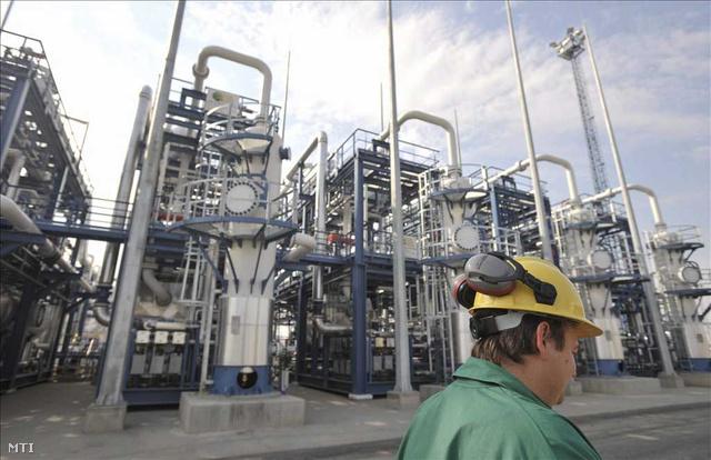 Munkás a gázelőkészítő üzemrésznél Algyőn, a szőregi biztonsági gáztározó bemutatásán.