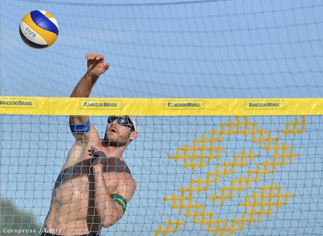 Alison Cerutti brazil strandröplabdázó a Copacabanán strandröplabdázik