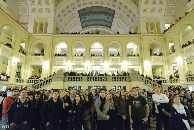 Résztvevők a felsőoktatást érintő kormányzati intézkedések miatt összehívott hallgatói fórumon a Debreceni Egyetem díszudvarán