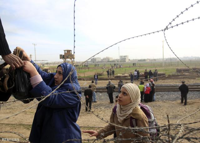 Szíriai menekültek a török határon