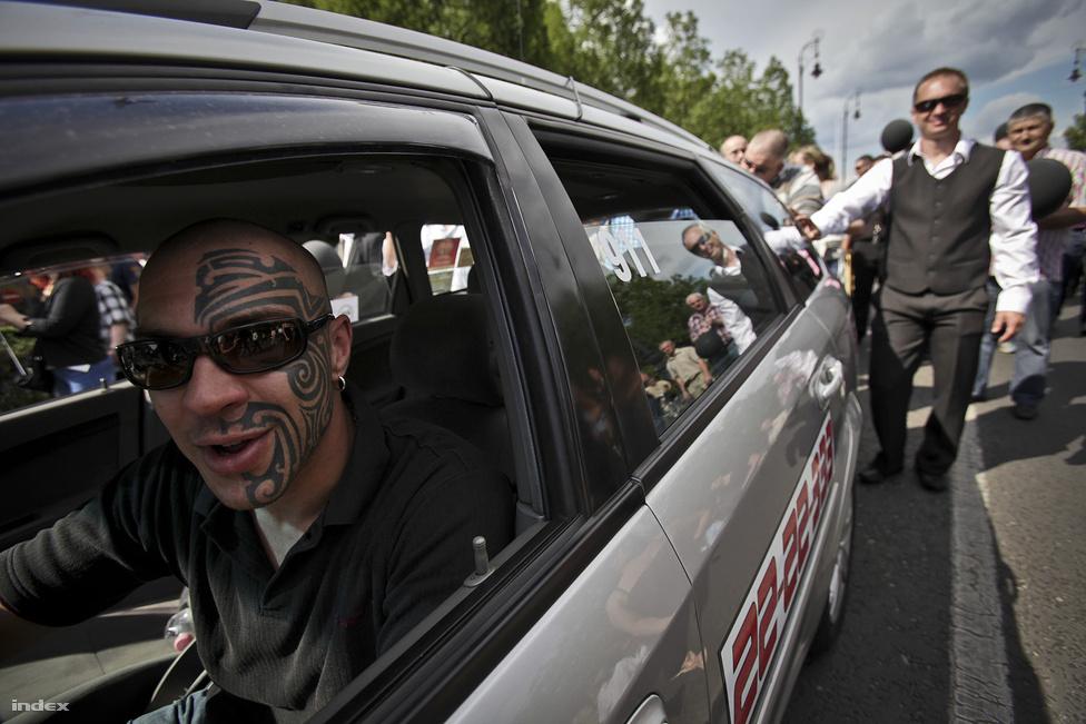 200 sofőr demonstrált a Hősök terén  járműveivel május 28-án, majd az Andrássy úton egy fekete koporsót cipelve elindultak a Kodály köröndre, hogy ott jelképesen eltemessék 30 éves múltra visszatekintő hivatásukat. Egy új kormányrendelet értelmében csak 10 évnél fiatalabb taxik kapnának engedélyt, ezzel sokan kiszorulnának a szakmából.